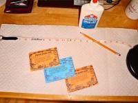 Семена моркови заранее можно приклеить на бумажную ленту