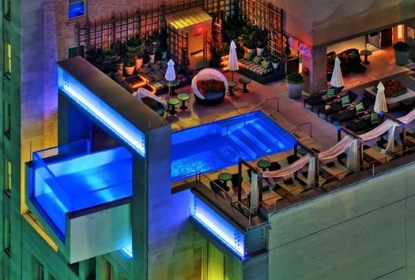 Steklo bazen na strehi 10-nadstropne stavbe, Dallas