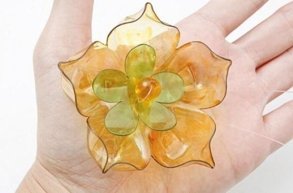 cvet iz plastične steklenice, fotografija z nadlanu.com mestu