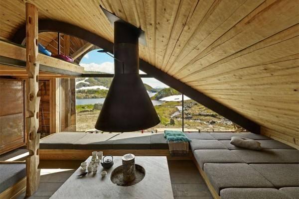 Prostorna dnevna soba z neverjetno lepim okno