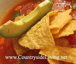 Mexická rajčatová polévka s černými fazolemi
