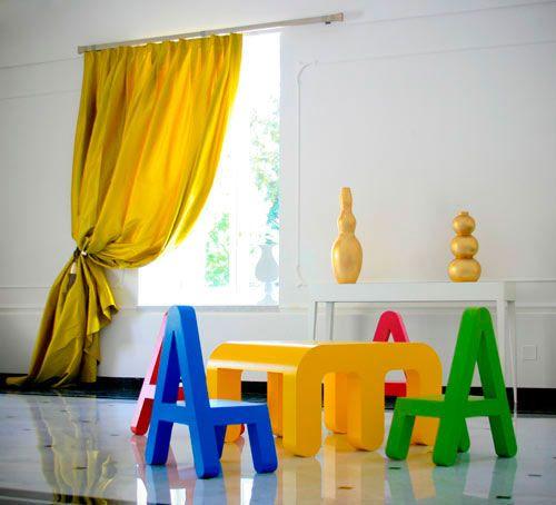 Pohištvo - velike črke v notranjosti otroško sobo