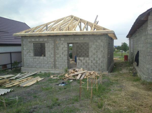 Naša hiša! Slika še brez strehe.