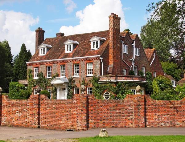 Hiša in ograja narejena iz rdeče opeke