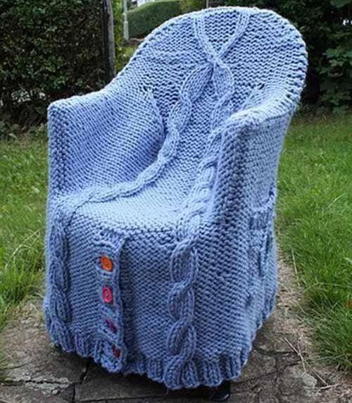 Stol s pleteno pokrovom, fotografija z prostodelkino.com mestu avtor ni znan