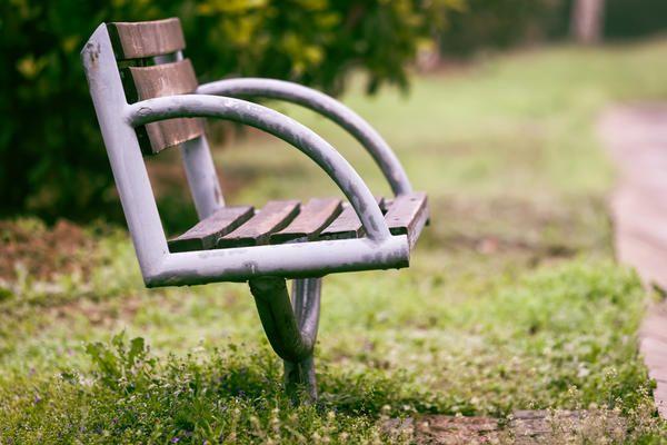 Stol v parku