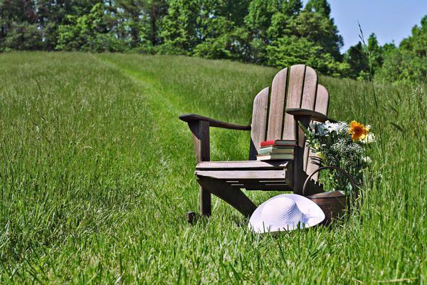 Stol na travniku