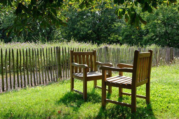 Nekaj stolov na vrtu