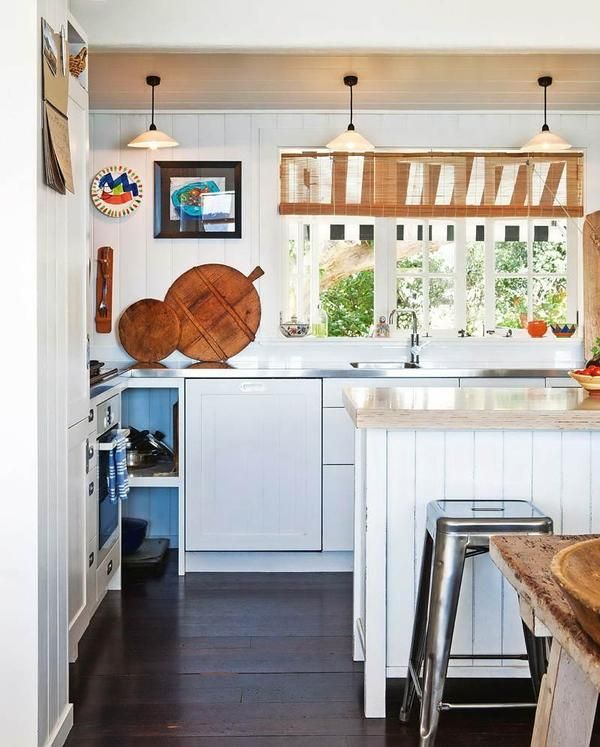 bucătărie albă într-o casă de țară, design interior
