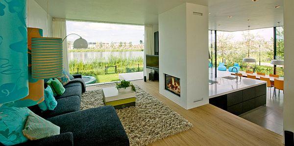 minimalistično-moderne-kamin-ideje-zeleno-stena-bele-zofe-velika okna