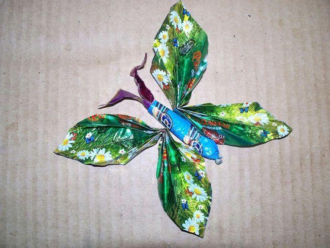 Бабочка из фантиков с туловищем