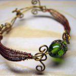 Медный браслет с зеленым камнем