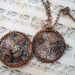 Кулон-медальон с ажурным плетением