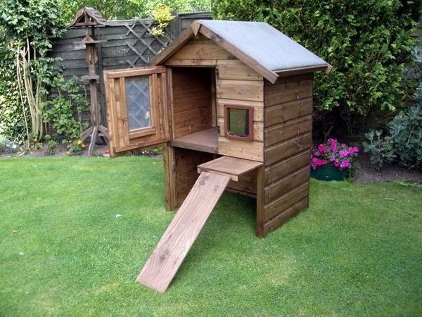 Высокий деревянный домик для кошек, фото с сайта http://woodenart.org.uk