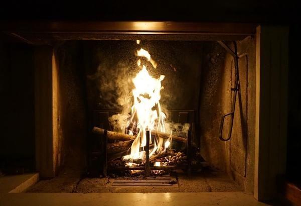 Intenzivnost gorenja je odvisna od območja stika s kisikom lesa