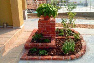 stopenjski opeke flowerbed