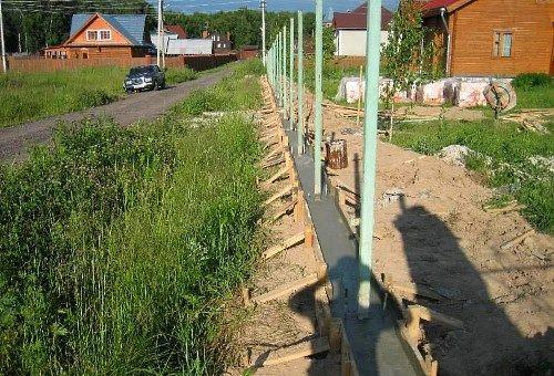 Izpolnite temelje za ograjo primestnem