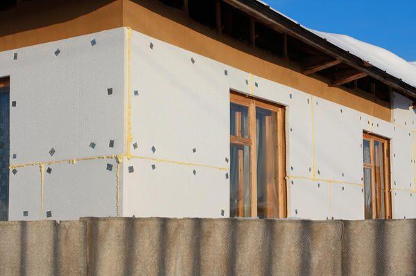 Pentru un efect maxim, aveți nevoie pentru a pune izolație pe pereții clădirii, nu uitați pentru a proteja podelele și acoperișul.