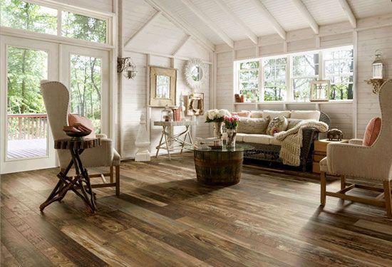 Notranjost-country-style-dnevna soba-z-kremo-platno-kavč-in-predelan-les-pogled-laminate-tla-notranja-laminate-tla-vs-trdega-flooring.jpg (f)