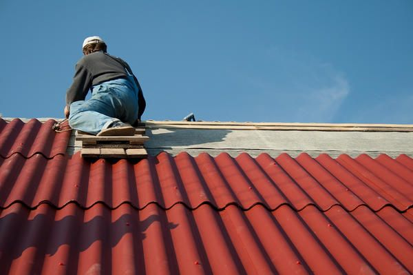 Namestitev skrilavca strehe z rokami