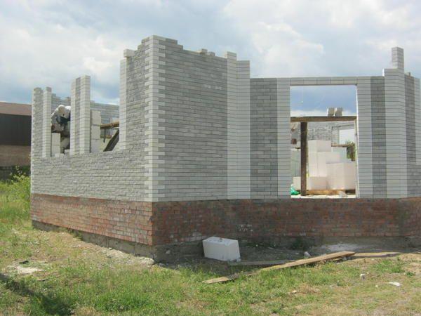 Začeli smo graditi zid