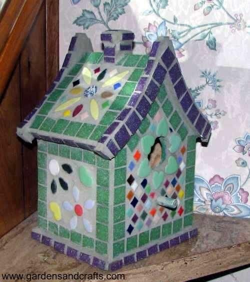 Birdhouse okrašena z mozaiki