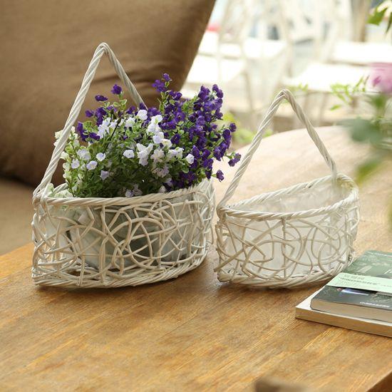 Pleteno košaro s cvetjem