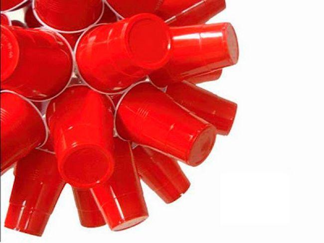 Декор из красных чашек из пластика