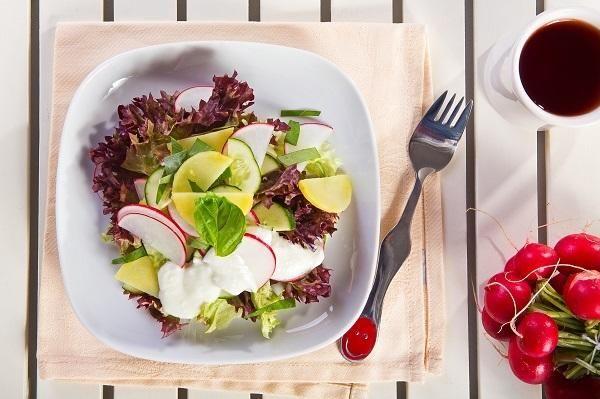 Salát z ředkvičky a nové brambory s bylinkami a okurky