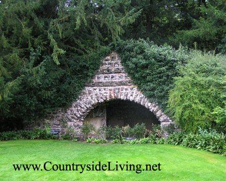 Landscape (Pokrajina) slog. Grotto v urejen park Klendon posestva g Surrey, Anglija (Clandon Park)