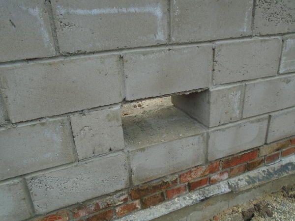 Majhno okno za prezračevanje kleti