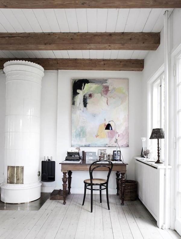 Soba s pečjo v dnevni sobi v skandinavskem slogu