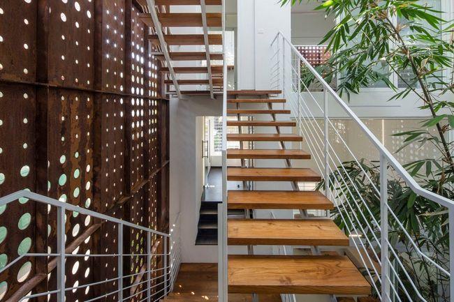 čudovito hišo z notranjim atriumom13
