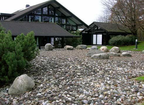 Hiša je v minimalističnem stilu, vhod območje