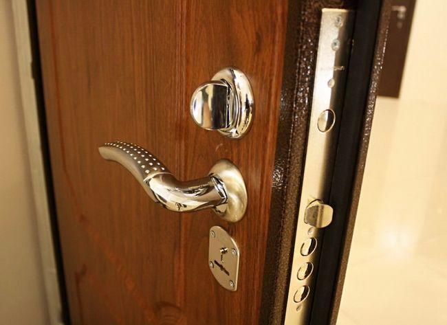 Zamenjava ključavnice na vhodnih vratih kovine